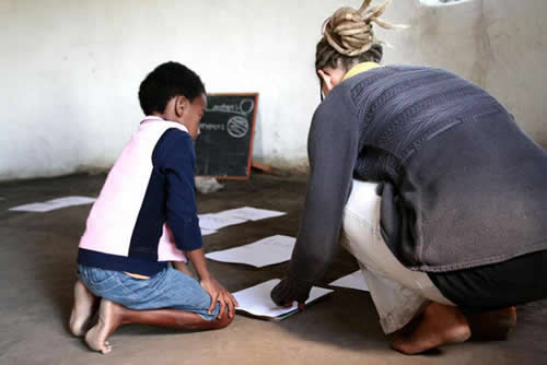 extra help for the little ones at the English lesson in Lubanzi